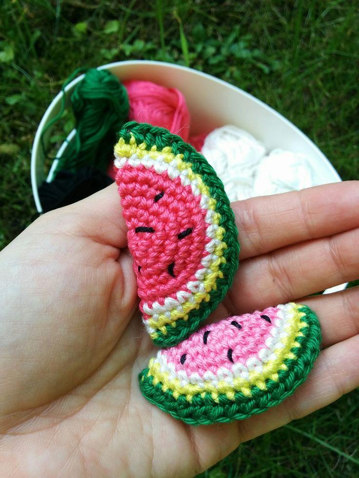 Zum Sommer gehören einfach Wassermelonen. Also mal fix ein Melönchen in zwei Größen entworfen. Viel Spaß! Anleitung Wassermelonen Für die kleine Melone wie folgt in Spiralrunden häkeln: Mit Rosa ei…