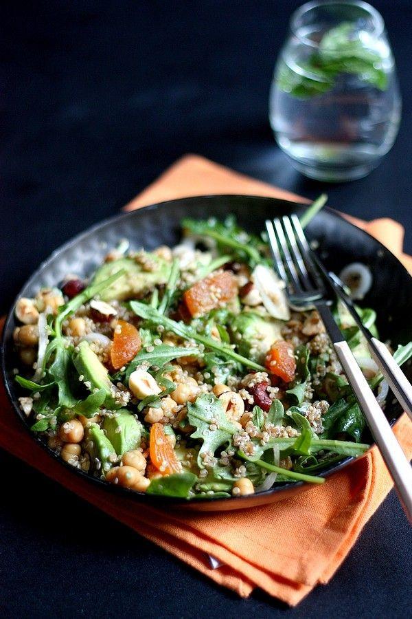 Salade de quinoa, avocat, noisettes et abricots secs  Pour 4 personnes  – 1 verre de quinoa cru (150g environ) – 4 poignées de roquette – 1 petite boîte de pois chiches – 2 avocats – 6 abricots secs – 1 belle poignée de noisettes – 4 petits oignons nouveaux  – 3 cs d'huile d'olive – 1 cs de vinaigre balsamique – 2 cs de jus de citron vert – sel/poivre