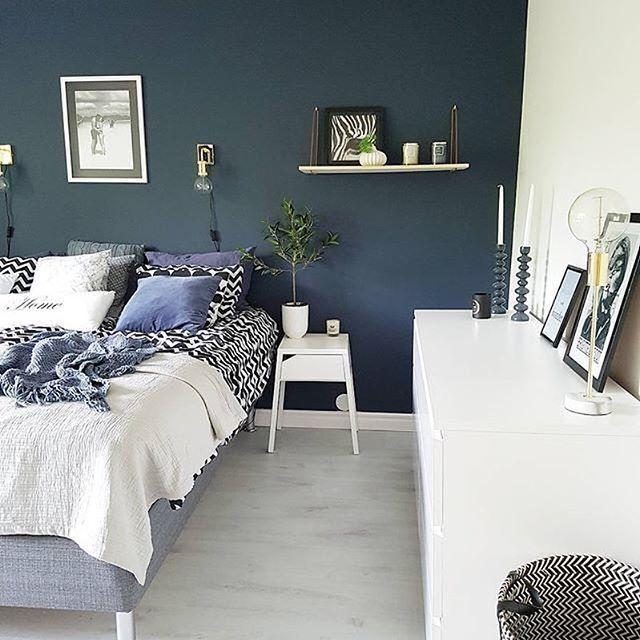 Hur mysigt ser inte det här fina sovrummet ut? Tummen upp till @lindawallgrenn som målat sovrumsväggen i kulören Jeans 751, superfint!  #beckersfärg #måla #kulör #färg #målaom #sovrum #interiör #inspiration #nordiskahem