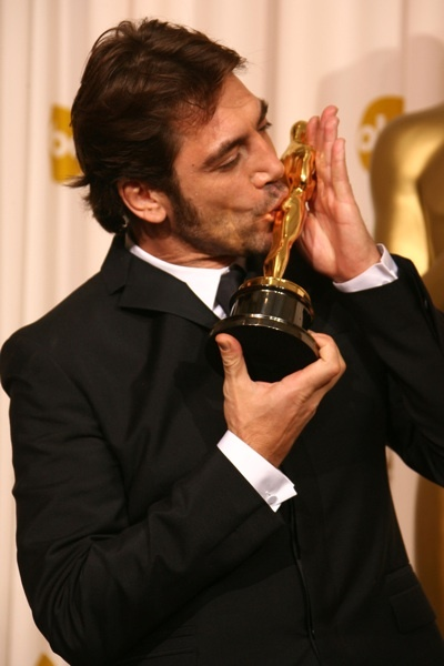 "Javier Bardem kissing Oscar - Best Supporting Actor, ""No Country for Old Men,"" 2007"