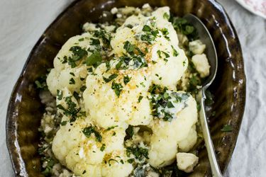 Oven-roasted cauliflower, leeks and blue cheese