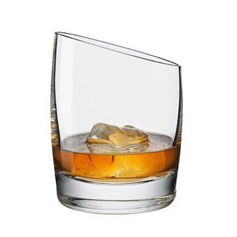 Njut av ett glas whiskey i dessa vackra munblåsta glas från Eva Solo som kommer med en funktionell och elegant design! Lutningen på glaset är ett unikt attribut för dessa glas vilket har gjort att smaker och aromer blir mer framträdande och därför är dessa glas perfekta att använda vid alla tillfällen!