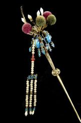Grampo de cabelo chinês com pendentes de pérolas suspensos, pompons de algodão e penas azuis de martim-pescador, c. 1890. Coleção Qatar Museums.