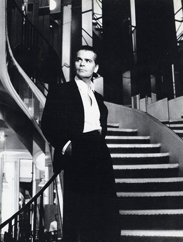 portraits on a staircase | Karl Lagerfeld 1983 Portrait, Shop Staircase Chanel, Photo Helmut ...