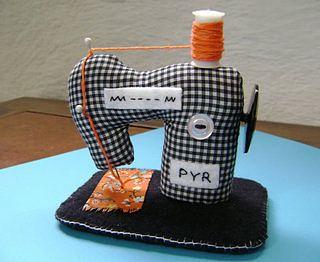 Alfiletero con forma de máquina de coser. Pin cushion.