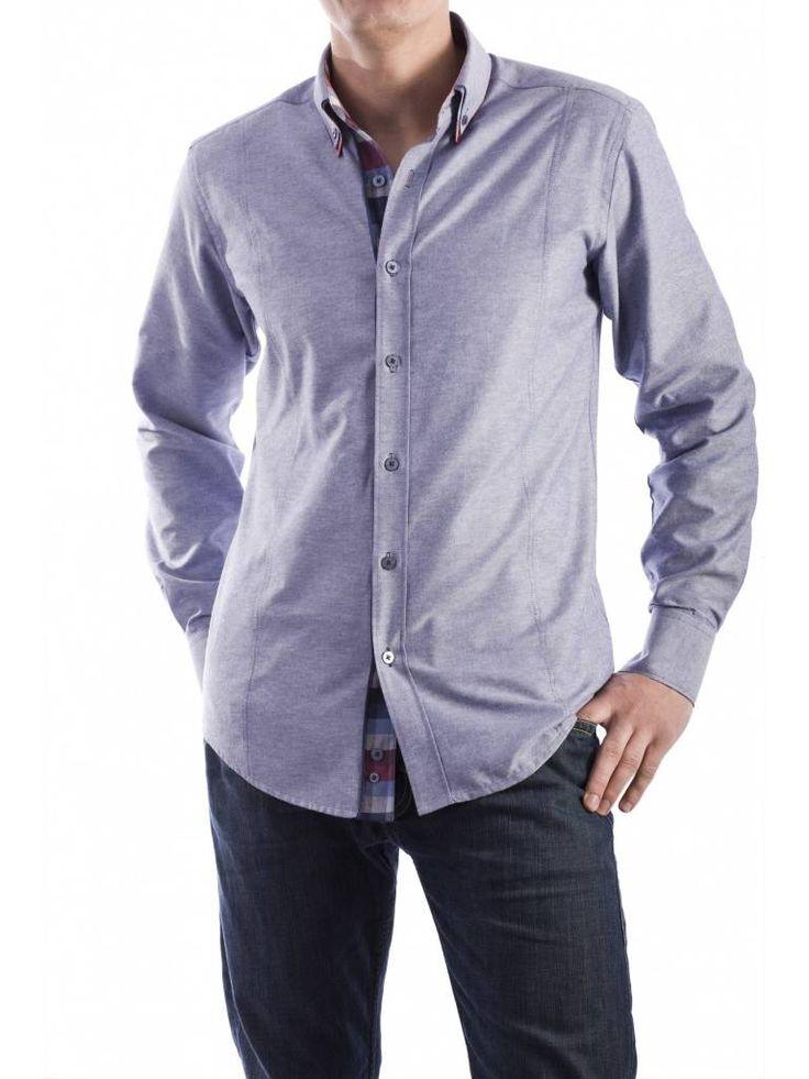 Een mooi blauw getailleerd overhemd van het merk Vegea.