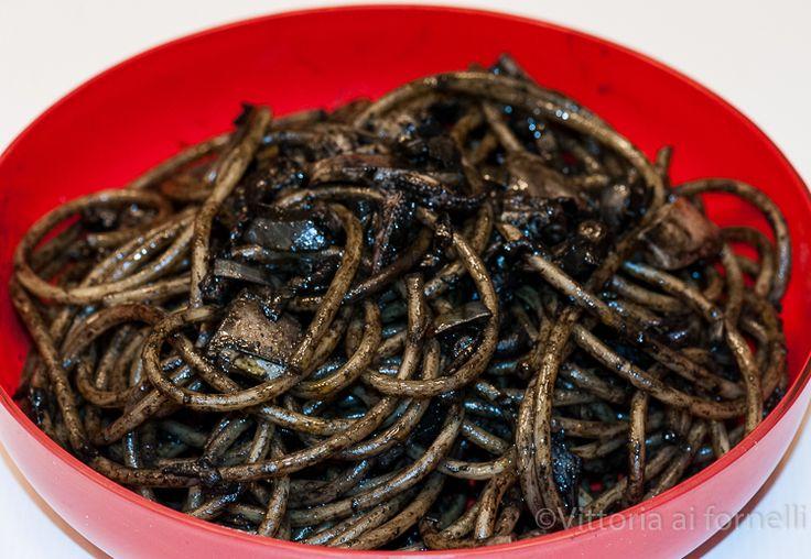 Gli spaghetti al nero di seppia sono un primo piatto tipico della cucina marinara tradizionale, una ricetta davvero facile ed incredibilmente gustosa.