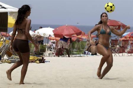 Beach-goers play with a soccer ball on Ipanema beach in Rio de Janeiro November 22, 2009. REUTERS/Sergio Moraes/Files