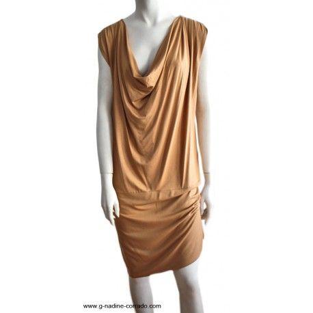 #Robe jersey encolure bénitier, couleur beige Robe en jersey d'une longueur genoux. La maille permet la fluidité de la robe. Elle est composée d'une découpe au niveau des anches, qui forme une jupe doublé dans le même tissu. En vente sur la #boutique en ligne www.g-nadine-corrado.com