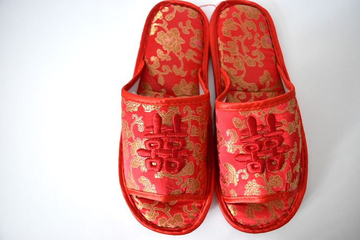 RED AND GOLD DOUBLE HAPPINESS WEDDING SLIPPERS - SIZE 39/40  Easy to slip on Chinese wedding slippers with Double Happiness embroidery.