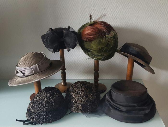 Online veilinghuis Catawiki: Verzameling dameshoeden / petten met vier originele hoedenstandaarden van hout