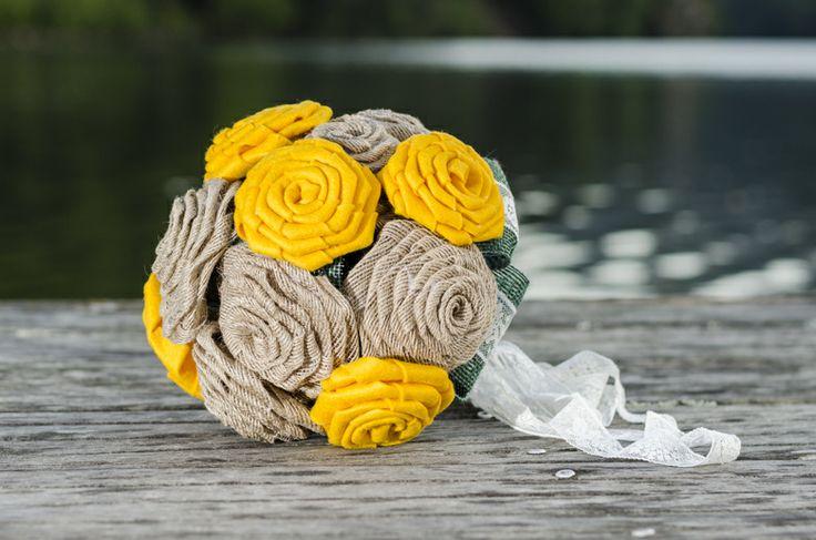 1915 Bouquet. Elaborado con 6 flores en fieltro de lana y 10 en tela de saco, forman un desenfadado ramo de cuarenta centímetros de diámetro. El mango, forrado en lazo de raso verde y adornado con un broche de brillantes y lazo verde y blanco de encaje.