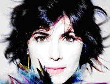 "H εκφραστική ιταλίδα Giorgia ερμηνεύει τη μεγάλη επιτυχία της""E' L'Amore Che Conta""."
