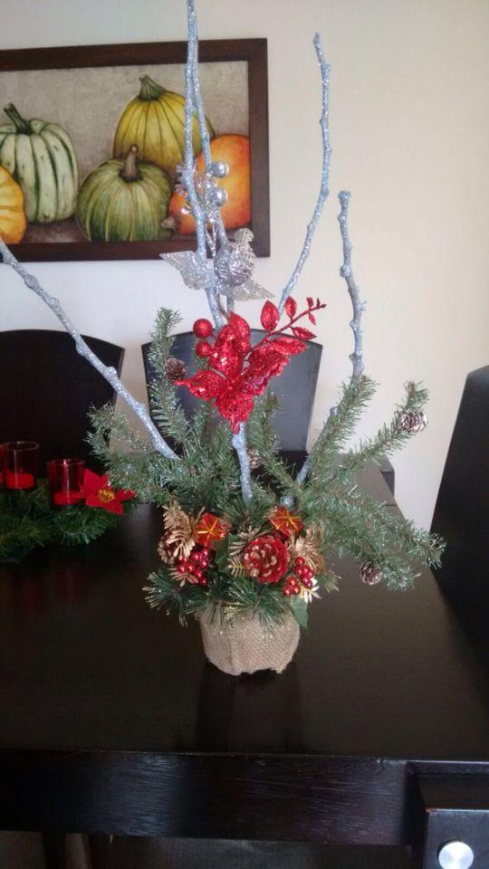 Adornos con ramas navideñas, base en costal , moños y diferentes complementos perfectos para decorar su hogar. #navidad #colombia