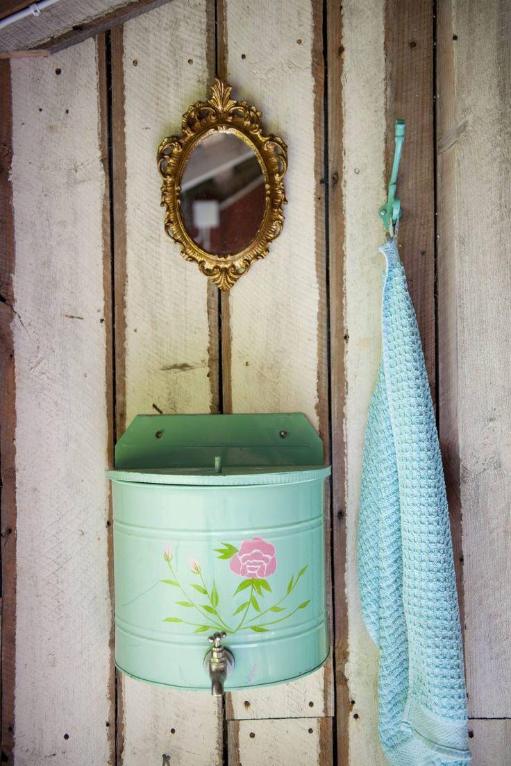 Ulkohuussin herttainen vesisäiliö on ostettu kangasniemeläisen Tuomiojan Tarhan lahjamyymälästä. Peili löytyi sattumalta romun joukosta jäteasemalta.
