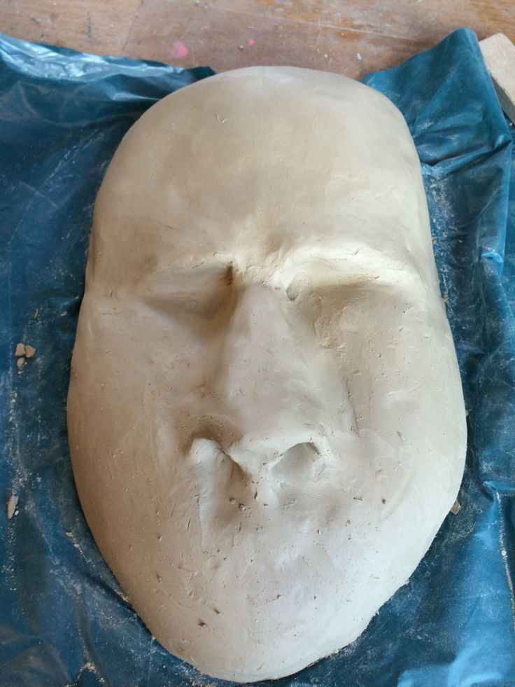 Ik heb vandaag de neus van m'n masker gemaakt ik hoop erop om een soort van rimpelende neus te maken maar ik weet niet of het gaat lukken en of ik het gaan doen