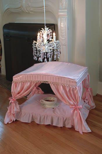 ¿Qué os parece esta cama para perrito o gatito? ¡Si hasta tiene la lámpara de araña y el desayuno listo!