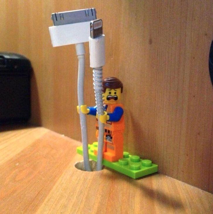 Deine Kabel fallen ständig vom Schreibtisch? Eine Lego-Figur kann sie Dir festhalten.