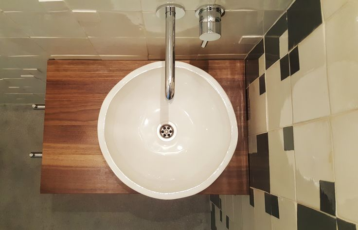 Handmade countertop basin, 35 cm diameter mounted on custom walnut countertop. #handmade #basin #sink #ceramic
