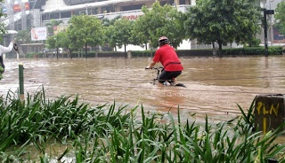 Pesepeda melintasi jalan Thamrin, Jakarta, Kamis (17/1). Beberapa penggemar olahraga sepeda sengaja berkeliling melihat suasana Jakarta di kala banjir