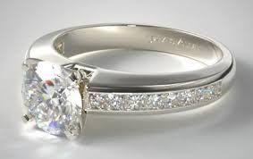 Cincin tunangan emas putih yaitu sebuah cincin dengan bahan dasar ataupun material utama yang terbuat dari sebuah emas putih
