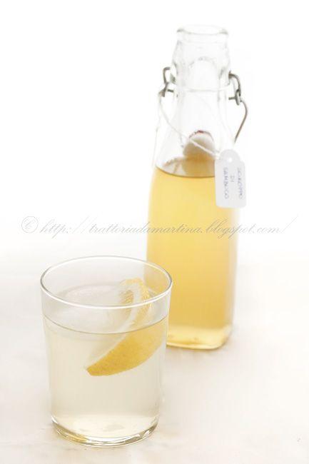 Lo sciroppo di sambuco è una bevanda tonica e rinfrescante dal gusto simile ad un the freddo fruttato perfetto da bere nei giorni caldi d'estate.