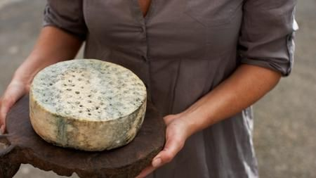 Kraftkar elaborado en Tingvollost, Noruega Gunnar Waagen, el productor que ha obtenido el máximo galardón con un queso azul artesanal que elabora en su granja de Tingvoll, un pequeño pueblo del centro de Noruega, con leche de vaca pasteurizada.