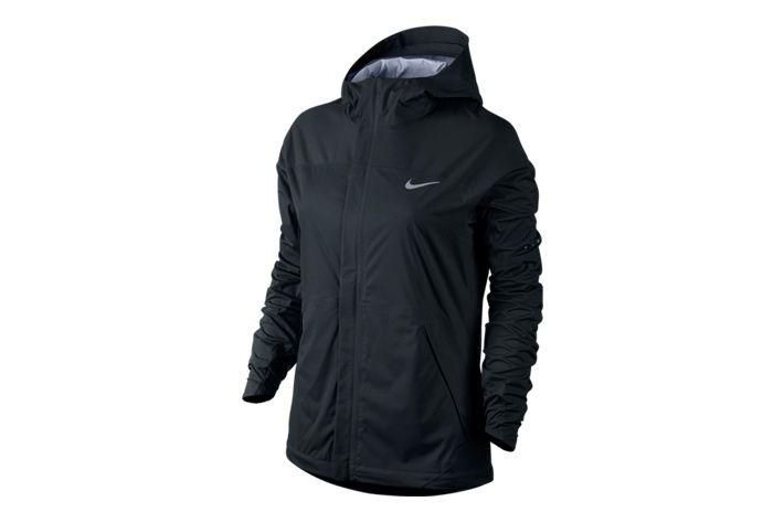 #Nike Shieldrunner - kurtka z kapturem. Zastosowana tkanina odprowadza wilgoć z powierzchni ciała zapewniając jednocześnie ochronę przed deszczem i wiatrem. Dlatego świetnie sprawdzi w czasie niesprzyjających warunków atmosferycznych. Idealna na treningi i inne aktywności w chłodne i deszczowe dni. #damskie #new #kurtka #kaptur #jesienzima2015