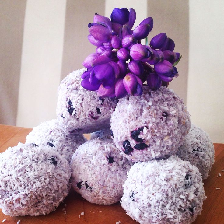 Blue berry and oat, ️Raw bliss balls. I soaked the oats, then drained the water, added the dehydrated blueberries (you could use fresh) added coconut oil, a touch of coconut flour to bind, some natvia sweetner and rolled in coconut