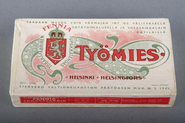 Forssan museo. Fennia tupakkatehtaan Työmies-savukerasia. Työmies oli helsinkiläisen Tupakkatehdas Fennian valmistama savukemerkki, jota tuotettiin vuosina 1902 - 1984. Kannen merkintöjen perusteella kyseinen rasia on todennäköisimmin valmistettu Jatkosodan aikaan myyntiin nimenomaan sotatoimialueille ja sotilassairaaloihin.