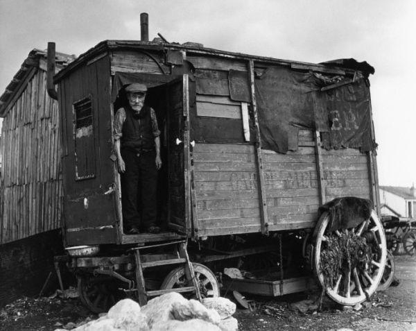 La roulotte amarée Villejuif 1946 |¤ Robert Doisneau | 27 février 2016 | Atelier Robert Doisneau | Site officiel