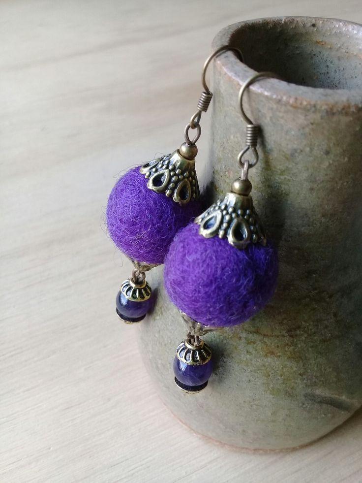 Aros de fieltro color violeta. Decorado con cuenta de vidrio. Hecho a mano.