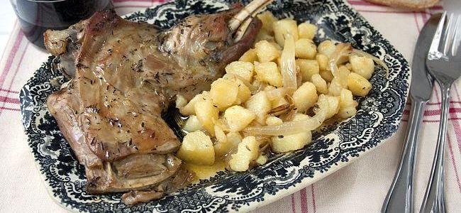 Paletilla de cordero lechal con patatas y cebolla. Receta
