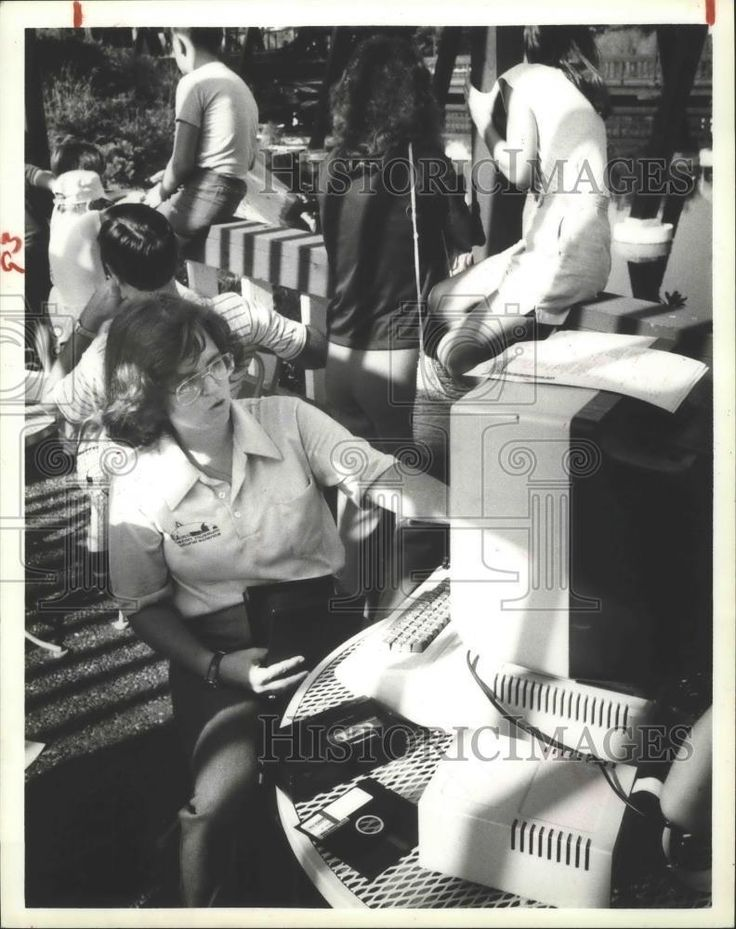 1984 Press Photo Dr. Carolyn Sumners, at computer terminal at Astroworld Houston | Collectibles, Photographic Images, Contemporary (1940-Now) | eBay!