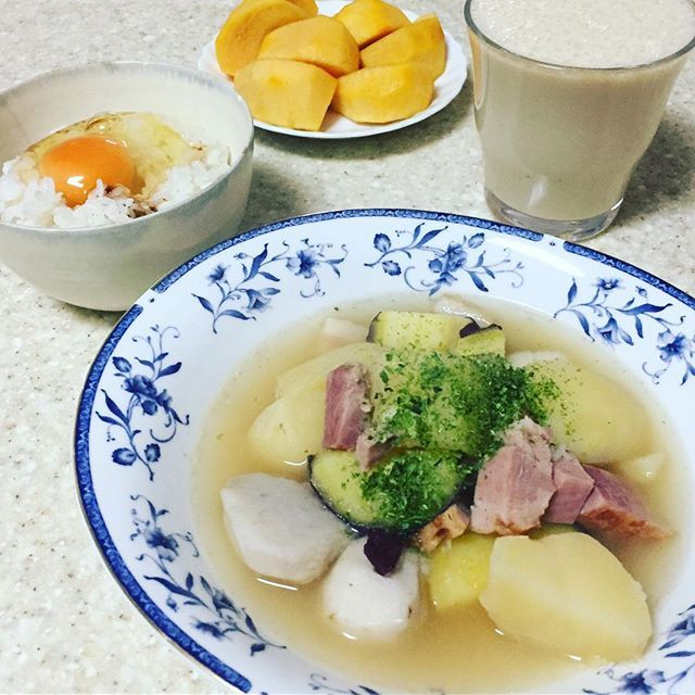 2016/11/23 09:40:38 jinchanjinchan 朝ごはん🌱 ✿3種類(さつまいも、里芋、じゃがいも、ベーコン)のおいものゴロゴロスープ。卵かけご飯。メロンとバナナとオリーブオイル、豆乳スムージー。柿。  #朝ごはん#朝活#スムージー#美肌#美肌になりたい #美肌効果 #美肌食 #美肌レシピ #健康#健康食 #健康オタク #健康生活 #健康的に痩せる #ダイエット#ヘルシー#腸内環境#腸活#美容食#美腸#オリーブオイル#オーガニック#身体の中から綺麗に #たまごかけごはん #breakfast #vegetables #healthy #healthyfood #organic #diet  #健康