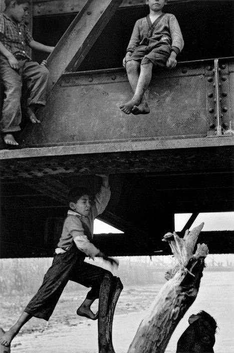 Sergio Larrain. Niños debajo de puente en el río Mapocho, Santiago, 1955