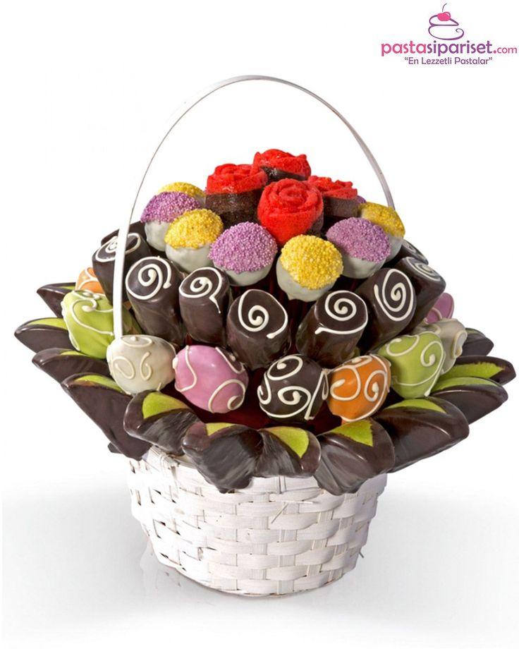 Ortalama 6 kişiliktir.  Bir sepet dolu lezzetli çiçeklerden oluşan bu özel aranjmana sahip olmak ister misiniz?  Ürünün Özellikleri;  15-20 adet çikolatalı çilek, 18 adet elma, 14 adet muz, 6 adet kırmızı gül kek, 10 adet çikolatalı truffle bulunmaktadır. https://www.pastasipariset.com/1917-choco-fresh.html