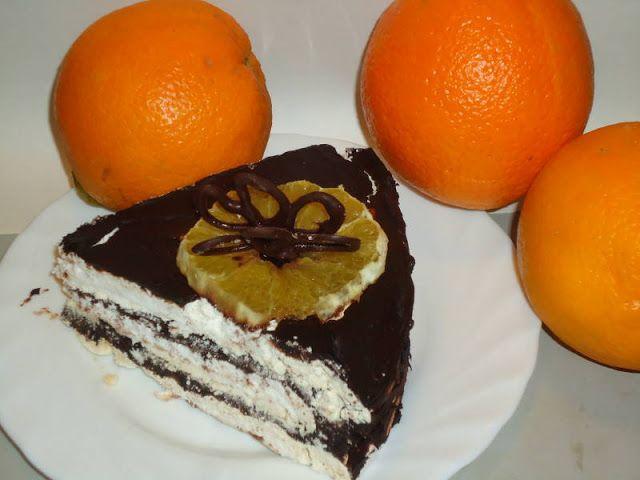 Felie de tort de bezea cu fluturasi de ciocolata deasupra