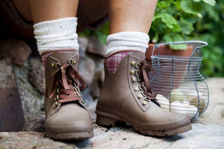 Deze mooie en praktische korte laarzen in neopreen zijn gemaakt van een ultralicht, natuurlijk rubber van de hoogste kwaliteit. De korte GardenGirl laarzen zijn 30% lichter dan gewone korte laarzen.