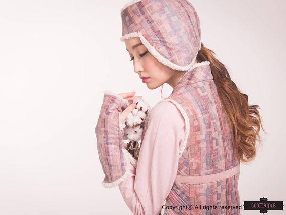 www.ccomaque.com @ccomaque.character #한복 #생활한복 #데일리한복 #캐주얼한복 #한복스타그램 #한스타일 #겨울 #조끼 #퍼베스트 #손토시 #조바위 #삼청동 #핑크 #fashion #옷스타그램 #패션 #감성사진 #스냅사진 #꼬마크 #ccomaque #korea #hanbok