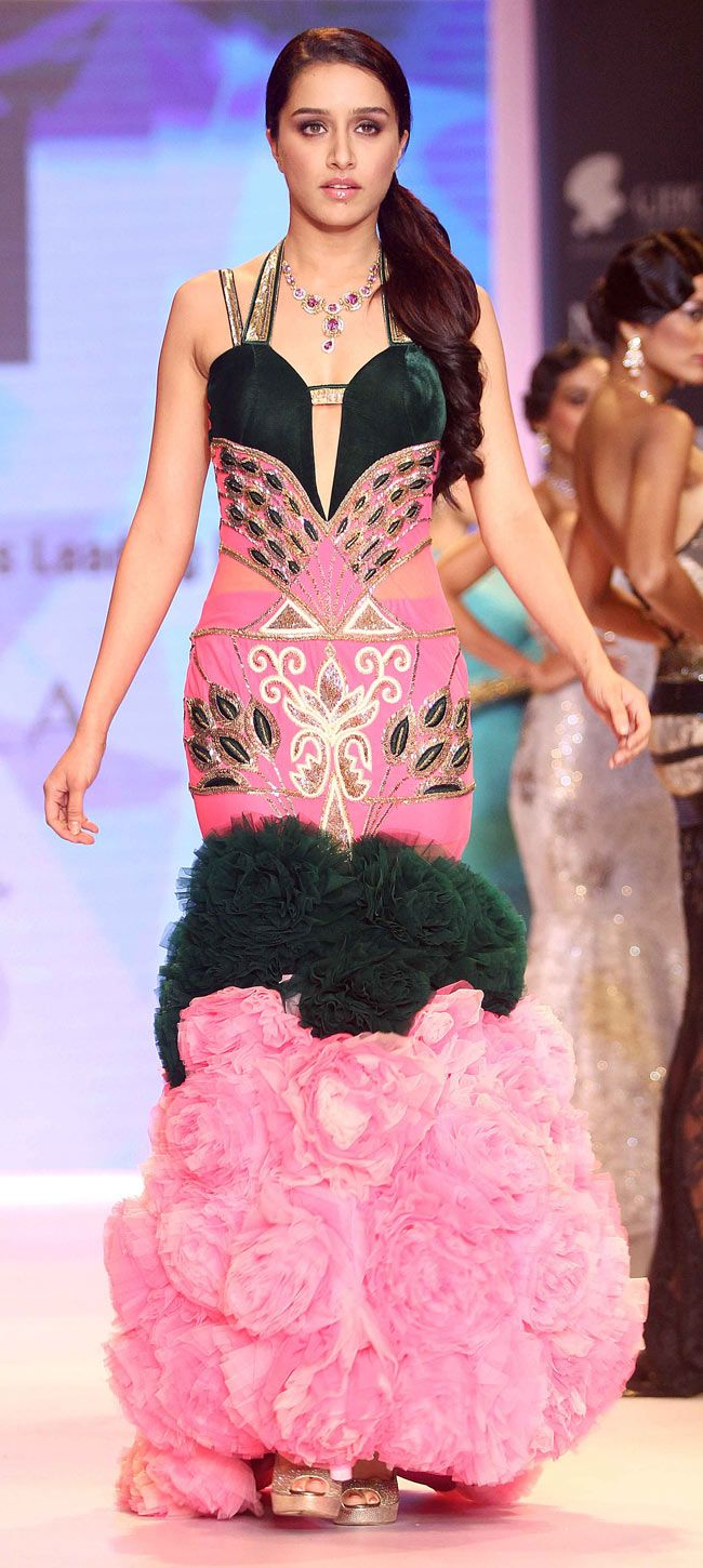 Shraddha Kapoor walks the ramp at the Indian International Jewellery Week 2014.