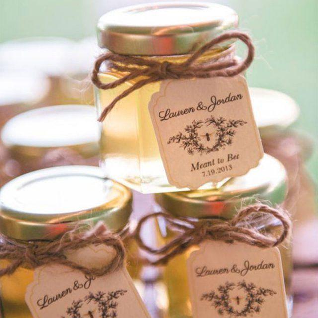 """<p>Réalisez un pot de miel avec une étiquette personnalisée attachée tout simplement avec un bout de ficelle.</p> <p></p> <p>Source :<a href=""""http://www..."""