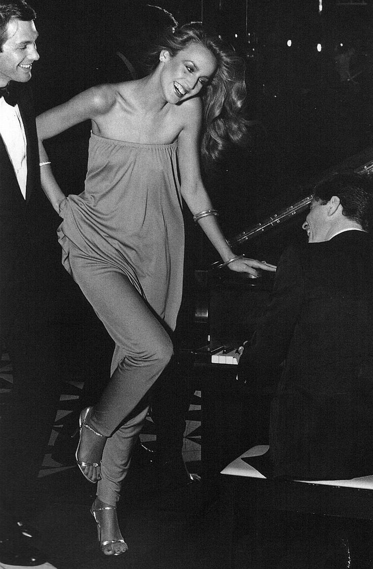 Body hugging full lenght dresses: Jerry Hall in Halston, 1970's.