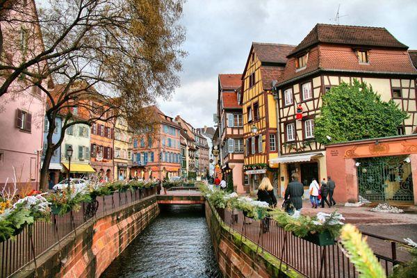 スイスとドイツに面するフランス東部のアルザス地方にあるのが「コルマール」。 ここはジブリ映画「ハウルの動く城」のモデルになった街として有名で、街全体がメルヘンな雰囲気。 メルヘンな街で女子力をあげるのにはもってこいの街。フランス人ショコラティエと恋に落ちるかも。