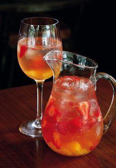 Que tal abrilhantar e refrescar sua mesa com uma bela Sangria de Frutas Vermelhas?! A gente ensina como!  Fotos: Pinterest Que tal uma bebida refrescante, divertida e que ainda dá um toque de…