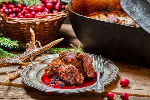 Makkelijk en lekker wildragout recept van stoofvlees van hert met ajuin, wijn, confituur en kruiden