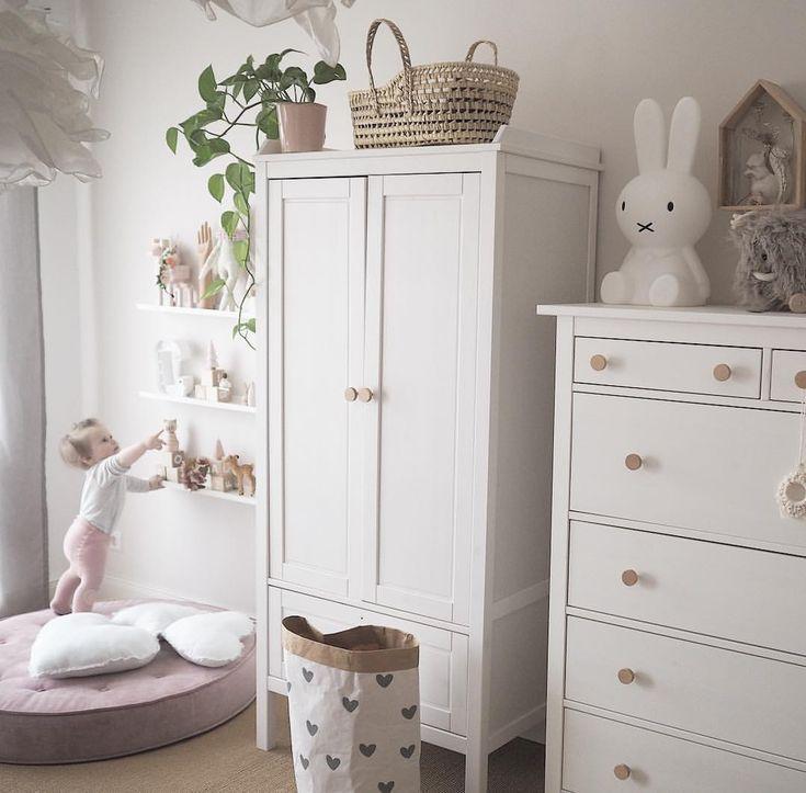Kinderzimmer Einrichtung Idee hell scandi Interior Ikea Hack Hemnes neutral natural Samtpouf Babyzimmer Paperbag Miffylampe Miffy Moseskorb Puppentrag…