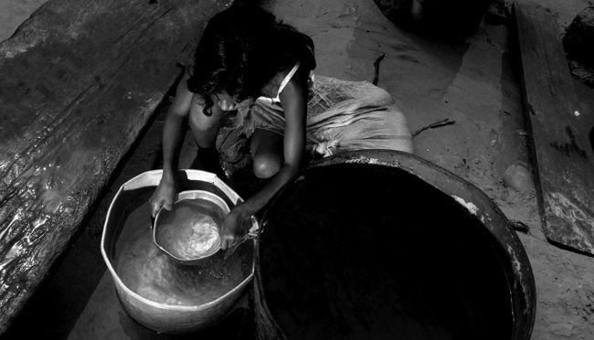 MANAUS AM 26 10 2010 RECORDE VAZANTE- SECA AMAZONAS. Marleice Oliveira 13 anos busca agua na cacimba, única fonte de água potável da comunidade de Bacuri, em Tefé. Chegada da ajuda humanitária a   a comunidade de Bacuri em Tefé, onde foram distribuidas 1280 cestas de alimentos e kits de higiene para 64 famílias que vivem praticamnte isoladas.   A Defesa Civil do Amazonas começou a distribuição de kits de alimentação em 6 comunidades da região do Médio Solimões, serão 130 toneladas em 6 nas…