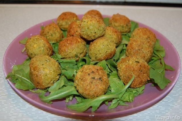 I falafel sono delle polpette di ceci speziate molto diffuse nel medioriente, si tratta di un piatto a base di ceci tritati con cipolla, aglio, cumino, prezzemolo