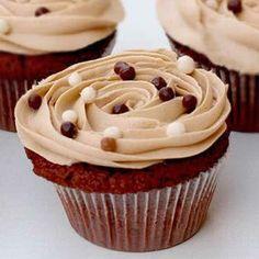 Receta fácil de Cupcakes de Cappuccino. Aprende cómo preparar la receta básica de los Cupcakes de Cappuccino de una forma fácil. Cobertura para Cupcakes de Cappuccino.